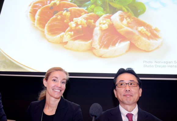 Rebekka Glasser Herlofsen, left,  chair Cermaq and Yutaka Koyaya, executive director, Mitsubishi Corp. Photo: Scanpix
